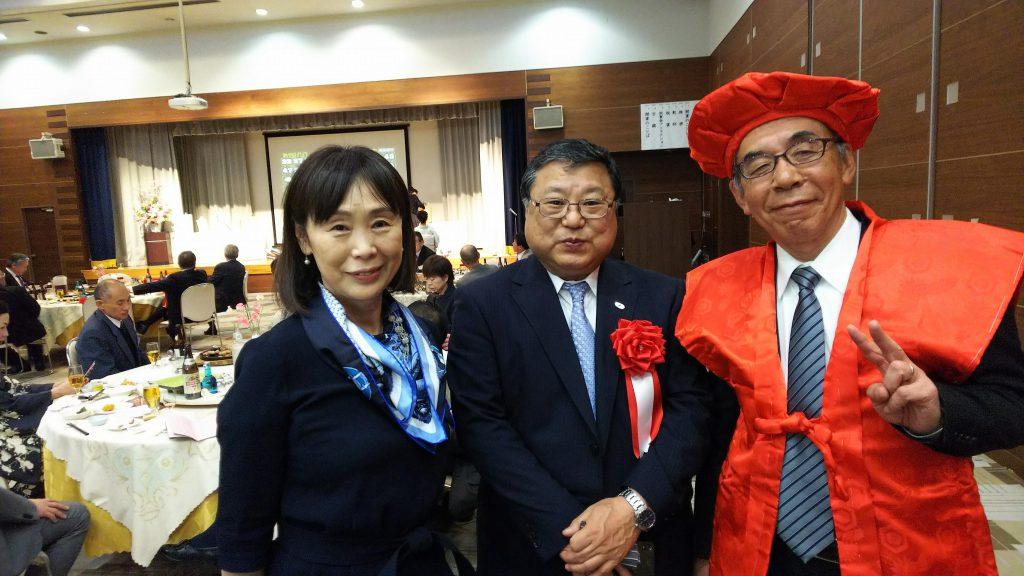 見事(?)赤いチャンチャンコをゲットし、白鳥正徳町長(中央)と写真に収まる夏目滋さん(右)。左が大井さち子さん。
