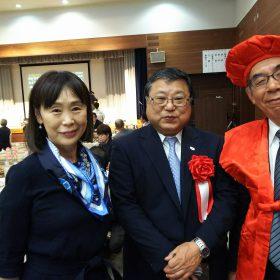 見事(?)赤いチャンチャンコをゲットした夏目滋さん(右)と大井さち子さん、そして中央は白鳥正徳町長。