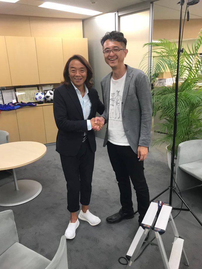 取材後、笑顔で握手の、ふるさと大使の北澤豪さんと、東京箕輪会の小林理事