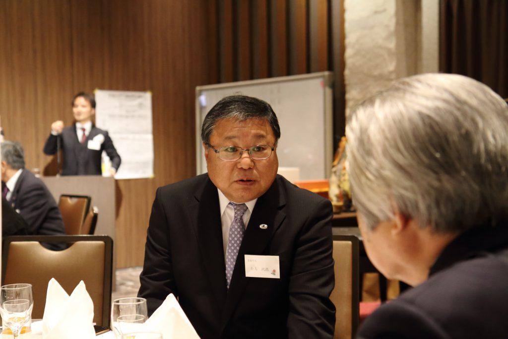 白鳥町長が前豊島副区長の水谷正彦さんと懇談中。