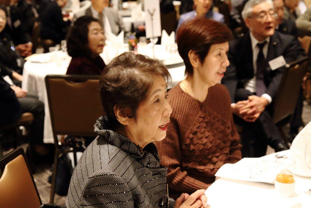 「ミカンの花が咲く丘」や「ふるさと」など、おなじみの唱歌を中心に、会場の参加者も藤岡さんと一緒になって歌いました。