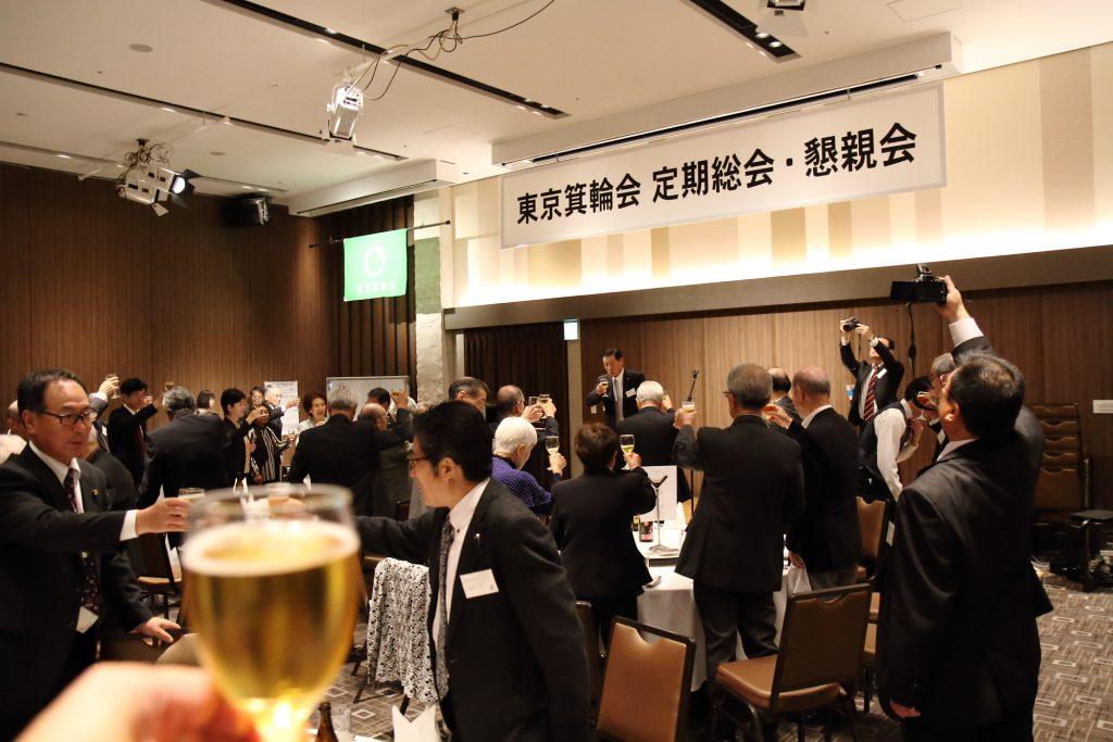 歌のひとときをたっぷり楽しんだあとは、箕輪町議会 総務産業常任委員長 中澤清明さんによる乾杯のご発声で、懇親会がスタートです。