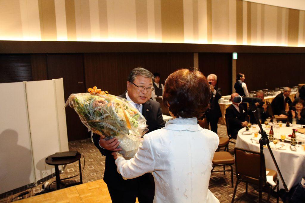 次の予定のため、14時で中座される白鳥町長に、山口前会長が感謝の花束を贈呈されました。
