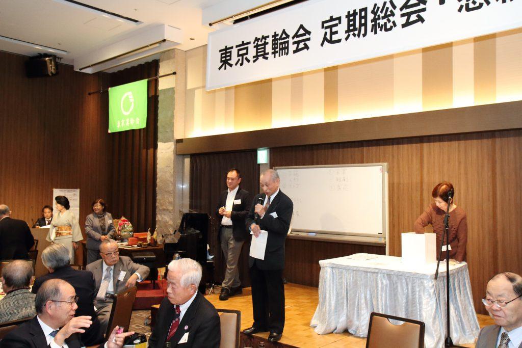 そして、田中公治理事の指揮のもと、お楽しみ抽選会になりました。今年も豪華賞品がならびました。