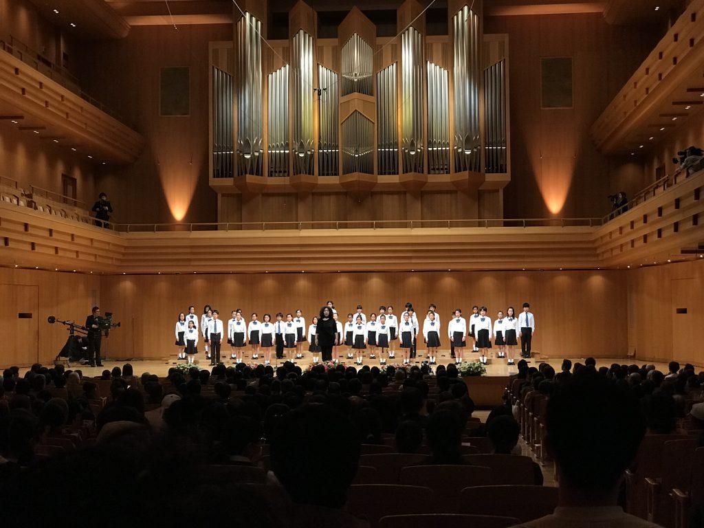 箕輪中部小学校は、唐澤流美子先生指揮で『ウラ・ニモローこころの住処ー』(作詞・作曲:唐沢史比古)を熱演。