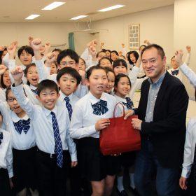 記念演奏前に楽屋を訪れ、藤澤理事が代表で記念品を手渡ししました。