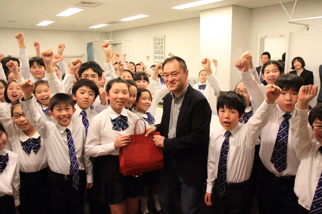 授賞式と記念公演の前に、東京箕輪会の6人が楽屋を訪問。理事の藤澤さんが代表してプレゼントを渡しました。