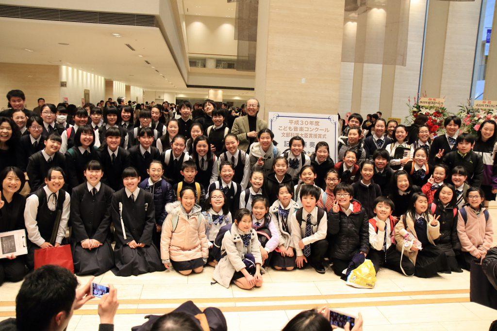 中部小学校・箕輪中学校みんなで一緒に。公式カメラマンや保護者やら、撮影する人がいっぱいで、みんな超いい笑顔。